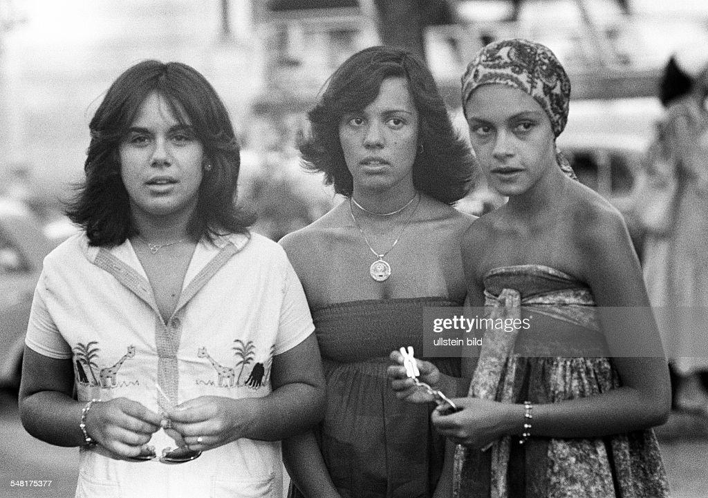 people, three young girls, Brazilians, dress, headscarf, Brazil, Minas Gerais, Belo Horizonte, aged 20 to 25 years - 31.01.1978 : News Photo