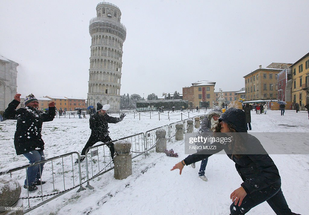 People throw snow balls near the leaning : News Photo