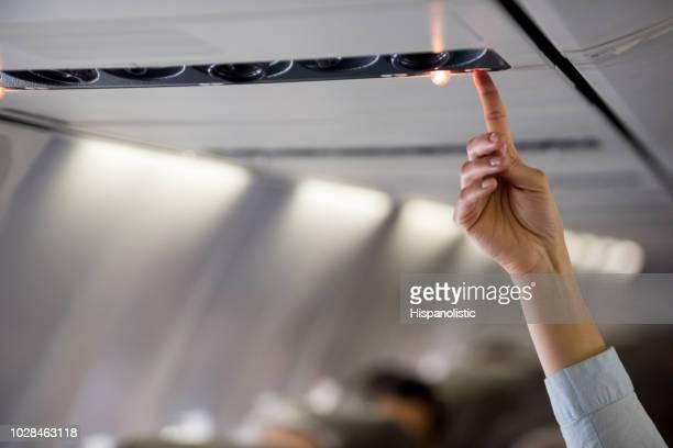 pessoas viajando e chamando a aeromoça - tripulação de bordo - fotografias e filmes do acervo