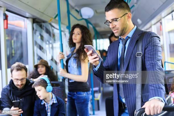 Reisende mit öffentlichen Verkehrsmitteln