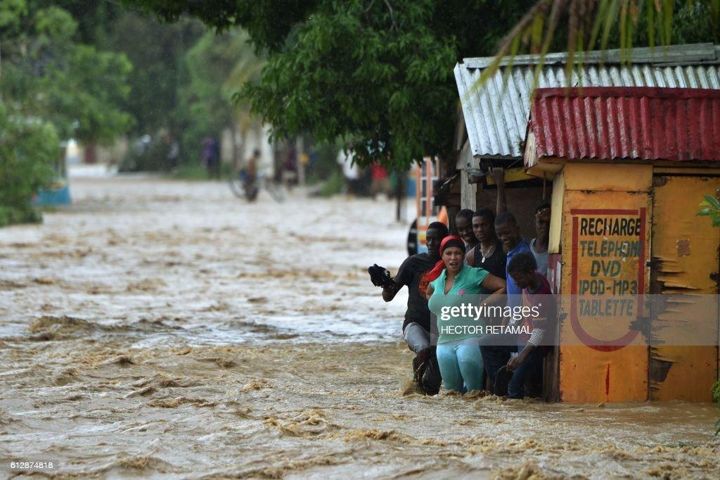 TOPSHOT-HAITI-WEATHER-HURRICANE-MATTHEW-LANDFALL : News Photo