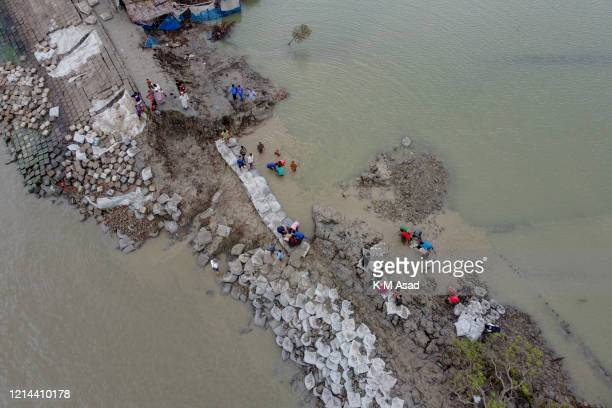 SHATKHIRA KHULNA BANGLADESH People try to repair the broken dam after the landfall of cyclone Amphan in Satkhira At least 15 people in Bangladesh and...