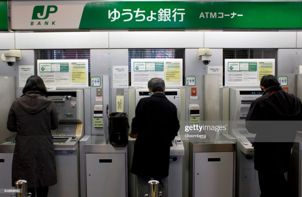 People use automatic teller machines (ATM) at a Japan Post B : News Photo