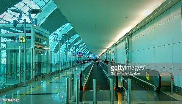 people using escalator at airport - toddler at airport stock pictures, royalty-free photos & images