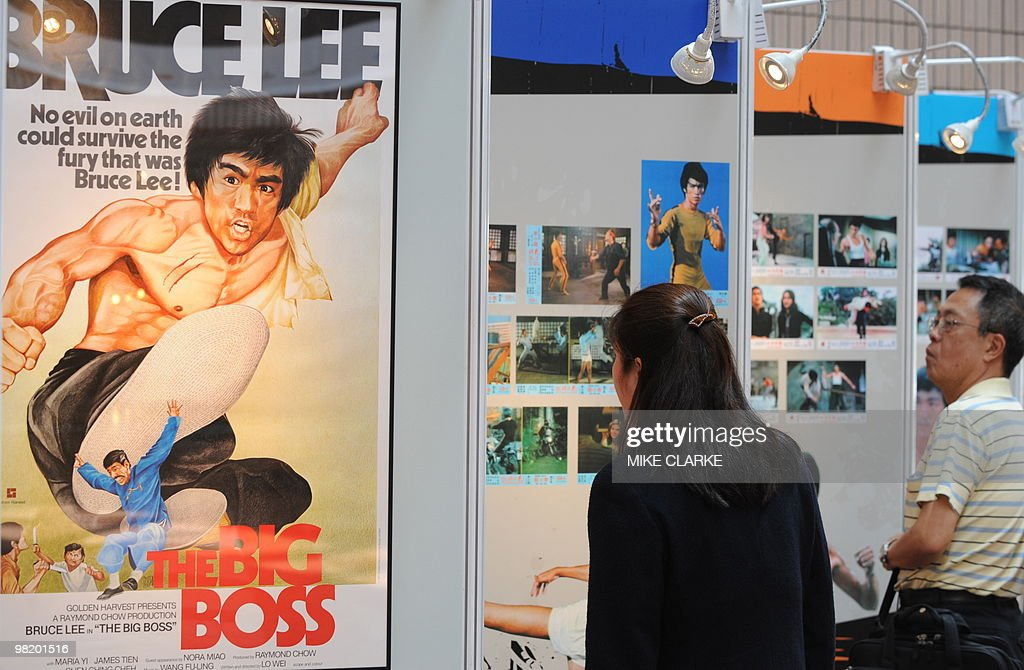 People view an exhibition of late kung f : News Photo
