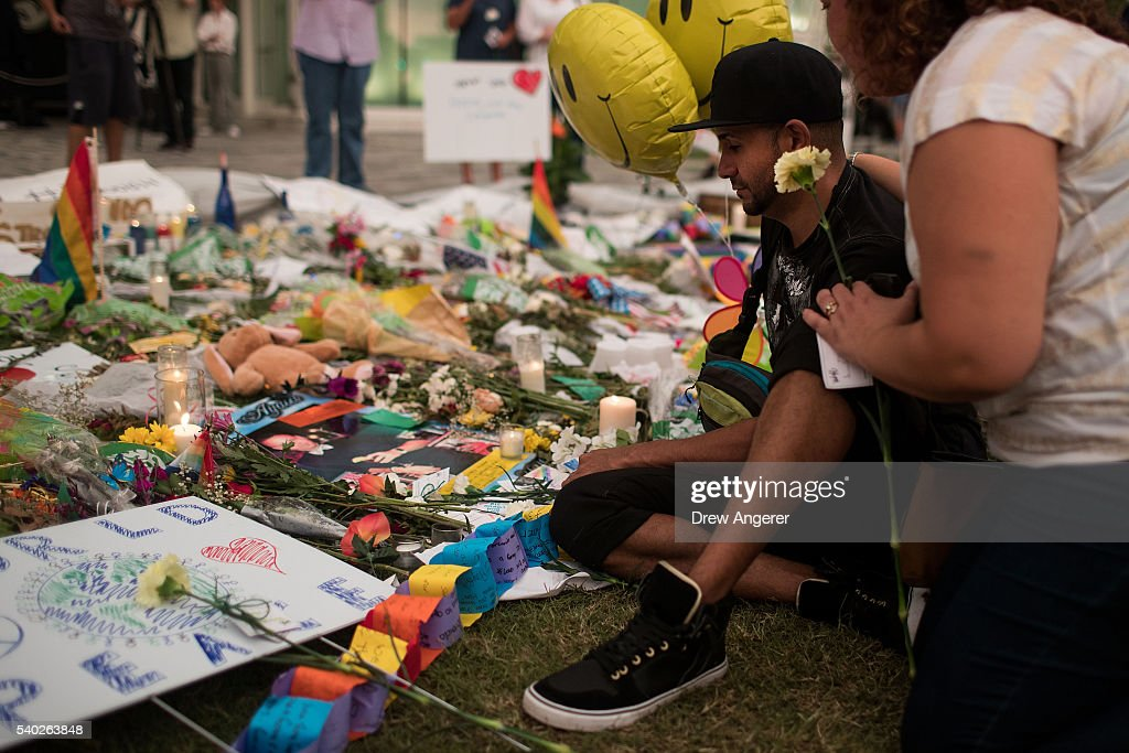 49 Dead In Mass Shooting At Gay Nightclub In Orlando : Fotografia de notícias
