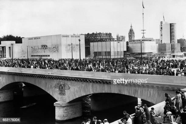 People visit the 1937 World fair or Exposition Internationale des Arts et Techniques dans la Vie Moderne on the Pont d'Iéna in Paris on July 1937 /...