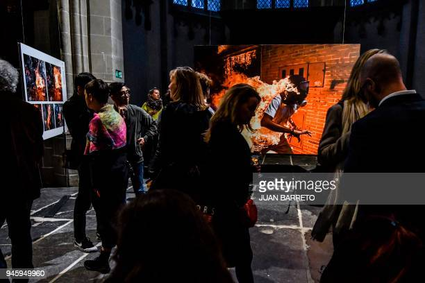 People visit the 2018 World Press Photo exhibition in Amsterdam on April 13 2018 / AFP PHOTO / JUAN BARRETO