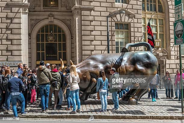 Menschen besuchen Sie das Wahrzeichen laden Stier in Lower Manhattan