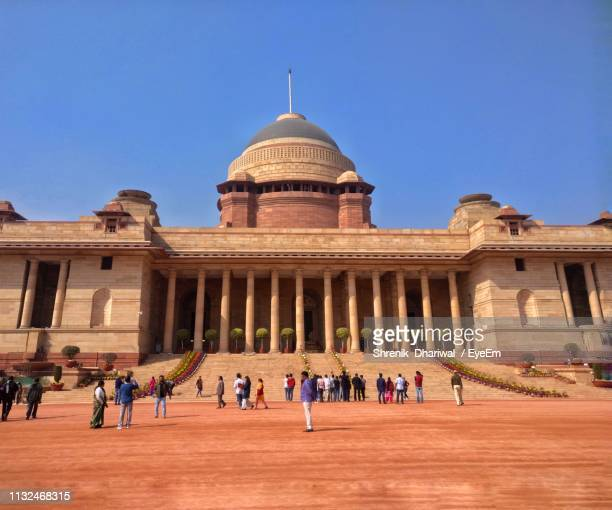 people visiting at rashtrapati bhavan against clear blue sky - rashtrapati bhavan presidential palace stock pictures, royalty-free photos & images