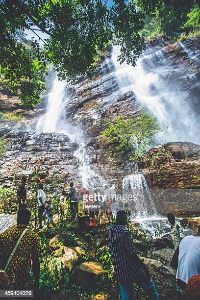 Les personnes visitant Kpalimé cascades.