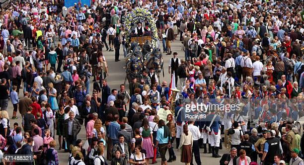 Menschen besuchen Sie das Oktoberfest in München