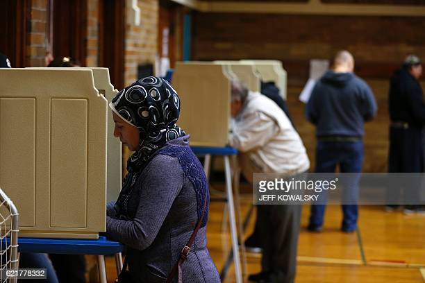 People voting at Oakman Elementary School in the US presidential election on November 8, 2016 in Dearborn, Michigan. / AFP / JEFF KOWALSKY