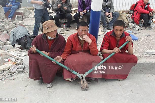 People wait before China's President Hu Jintao arriving the quake-hit Gyegu town of Yushu county, Qinghai province April 18, 2010. VCP