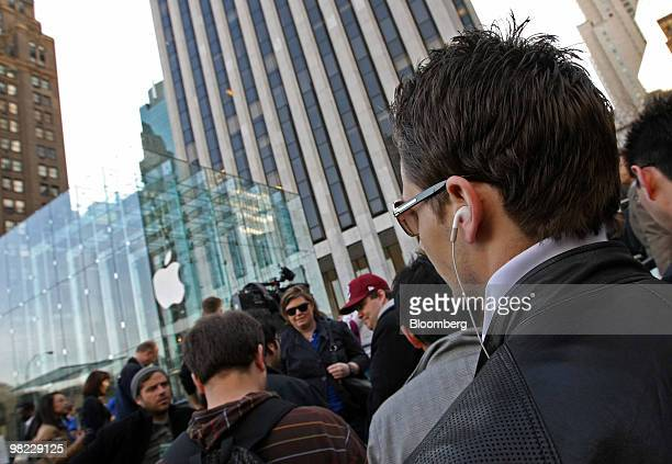 People wait in line for the release of the iPad outside Apple Inc's flagship store on Fifth Avenue in New York US on Saturday April 3 2010 With the...