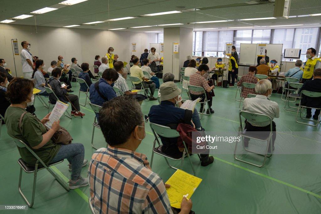 Mass Coronavirus Vaccination Begins In Tokyo : ニュース写真