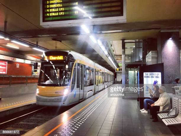 Mensen wachten op een trein in Brussel metro, België