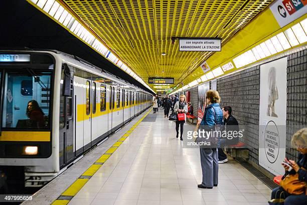persone in attesa di un treno alla stazione della metropolitana di milano - metropolitana foto e immagini stock