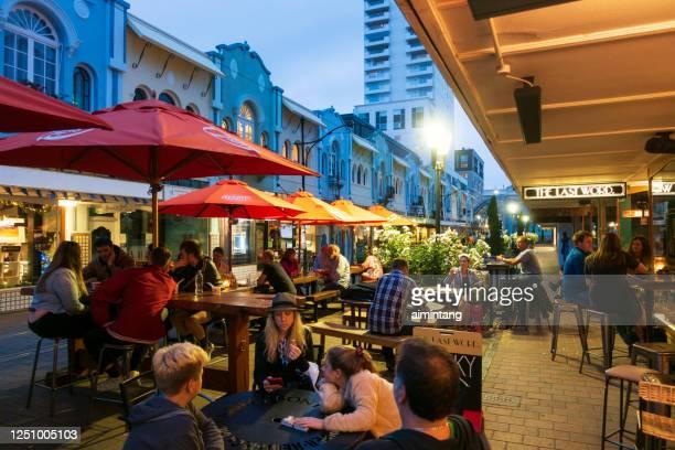 mensen die op het diner bij nieuwe straat regent in het centrum van christchurch wachten - christchurch nieuw zeeland stockfoto's en -beelden