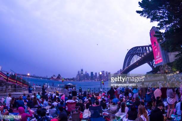 シドニーで新年のショーを待っている人々 - 新年レセプション ストックフォトと画像