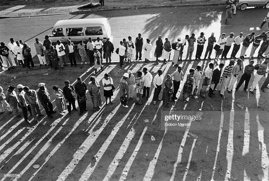 people waiting for taxis in south africa ストックフォト getty images