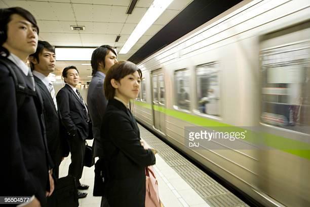 people waiting for the train at platform, blurred motion - 地下鉄のプラットホーム ストックフォトと画像