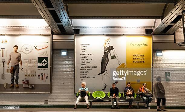 Personnes en attente pour le métro de Paris