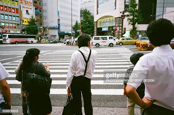 people waiting for traffic light - road signal stock pictures, royalty-free photos & images