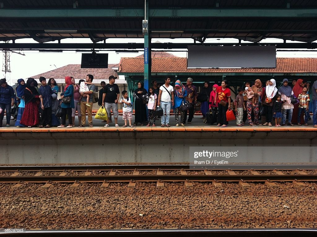 People Waiting For Train On Railroad Station In City : Foto de stock
