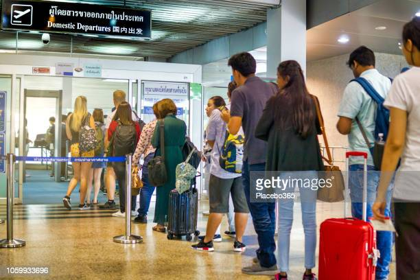 people waiting in line for security check at airport domestic departures - transportation security administration stock pictures, royalty-free photos & images