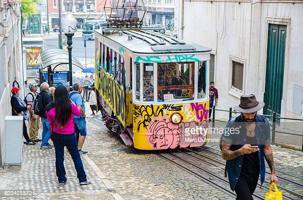 people waiting in line for tramway in lisbon - provincie lissabon stockfoto's en -beelden