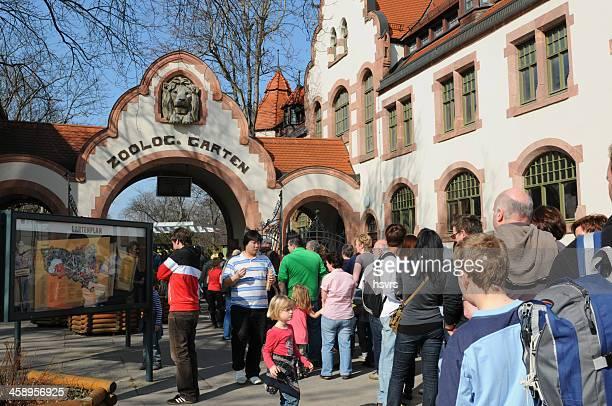 Menschen Wartezeiten am Eingang der Leipziger Zoo (Deutschland