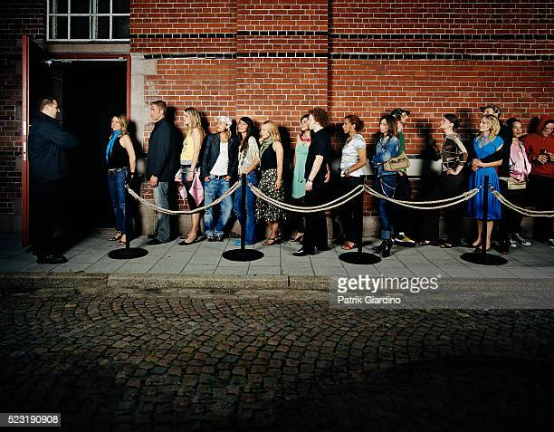 people waiting in line outside club - dancing stockfoto's en -beelden