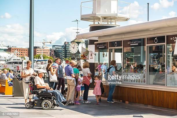 Gäste warten in der Schlange zu kaufen, Eiscreme, Oslo