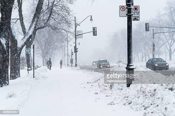"personas esperando cruce calle de una tormenta de nieve. - ""martine doucet"" or martinedoucet fotografías e imágenes de stock"