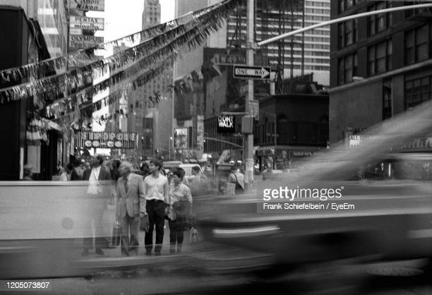 people waiting to cross street, new york city, 1980's, black and white - anno 1980 foto e immagini stock