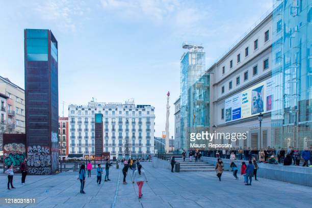 people waiting to visit the queen sofia museum (museo reina sofia) at madrid city, spain. - museo nacional centro de arte reina sofia stock pictures, royalty-free photos & images
