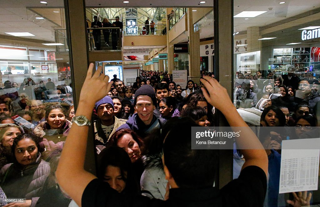 Black Friday Shopping Begins On Thanksgiving Evening : News Photo