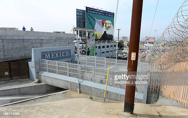 MACOR 'EEUUMIGRACIÓNSEGURIDADHISPANOS' People walk across a bridge at the USMexico border from the San Ysidro port of entry near San Diego California...