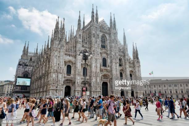 Menschen gehen auf die Piazza del Duomo