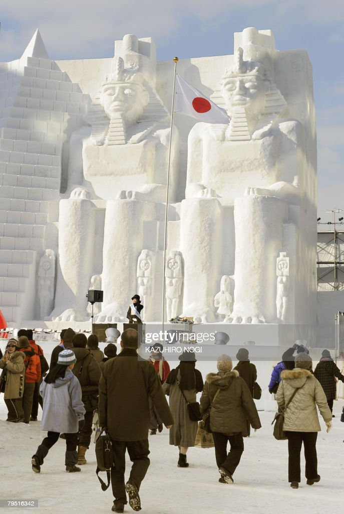 People walk in front of the snow sculptu : News Photo