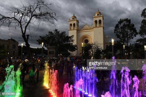 People walk past the National Cathedral at the Gerardo Barrios Square in downtown San Salvador on November 9 2017 / AFP PHOTO / Marvin RECINOS