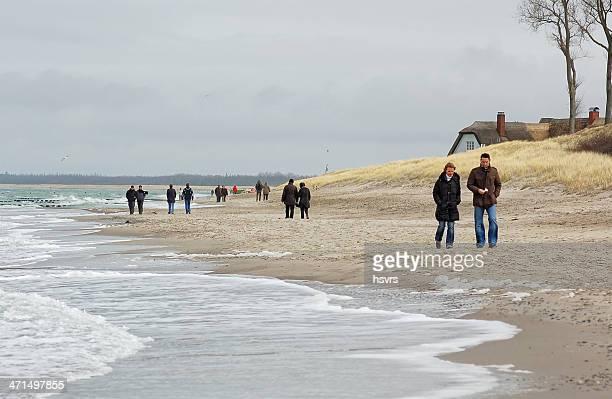 personnes marchant le long de la plage de la mer baltique darss péninsules - fischland darss zingst photos et images de collection