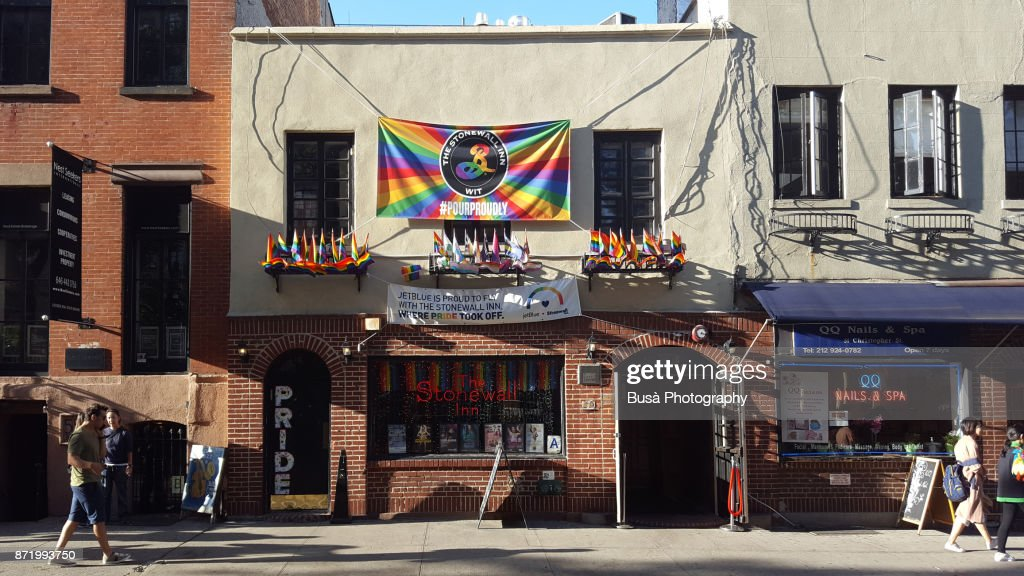 People walking along Christopher Street in the West Village, with the Stonewall Inn gay bar. Manhattan, New York City : Stock-Foto