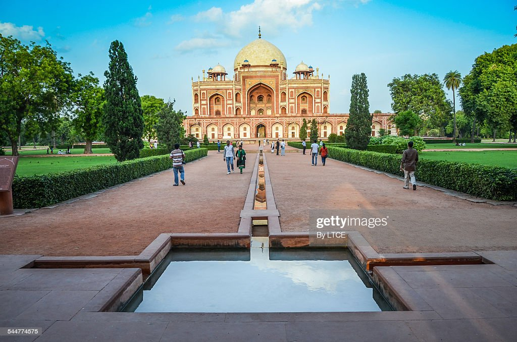People walking and observing the Humayun tomb : Stock Photo