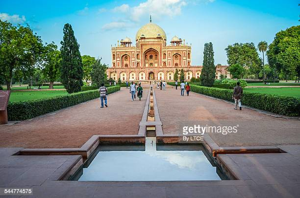People walking and observing the Humayun tomb