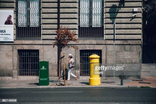 mensen lopen op een straat in madrid, spanje. - spaanse cultuur stockfoto's en -beelden