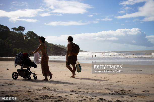 people walking at beach against sky - lorenna morais - fotografias e filmes do acervo