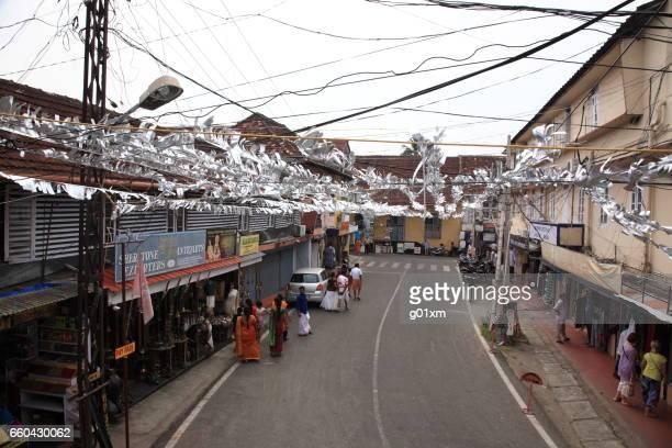 gente que camina en el pueblo judío en mattancherry, kochi, kerala, india - judaísmo fotografías e imágenes de stock