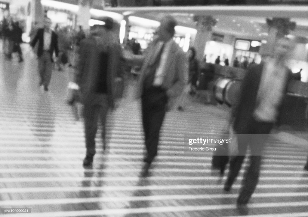 People walking, blurred, b&w : Stockfoto
